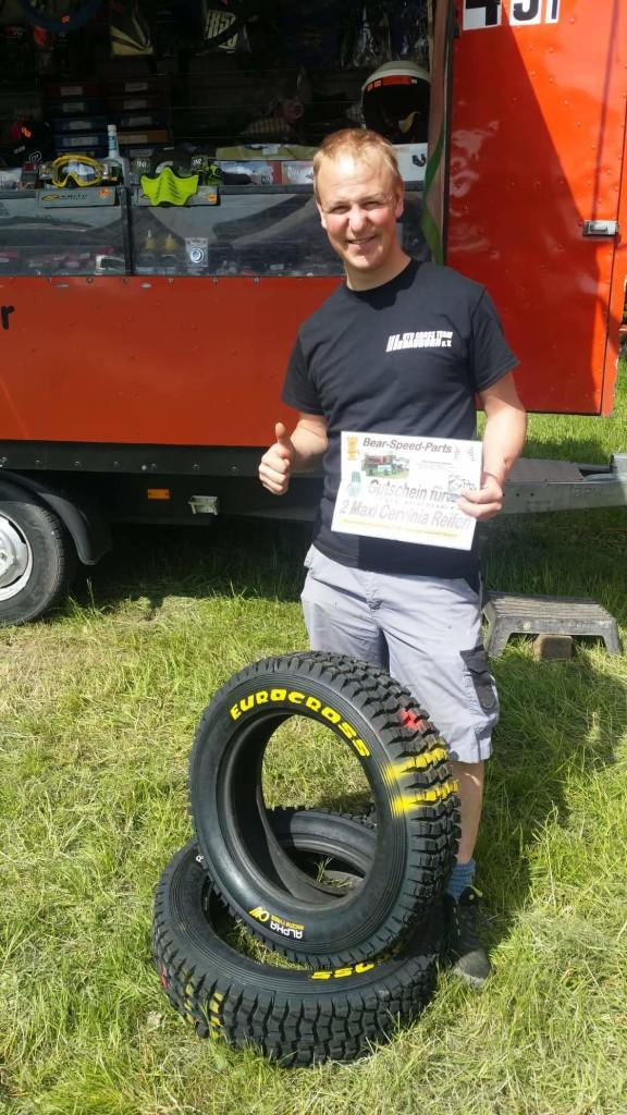 Nachtrennensieger Hannes Jirasek freut sich über die gewonnenen Reifen von Bear Speed Parts